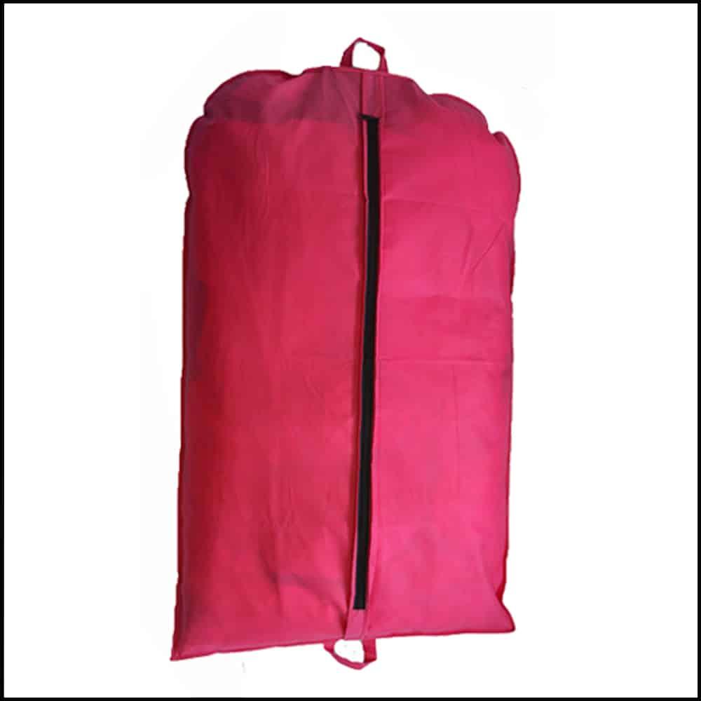 une housse de vêtement couleur rose pour du prêt à porter feminin