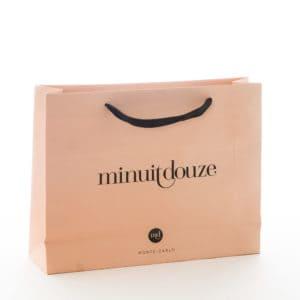 un sac papier cadeau pour de la lingerie