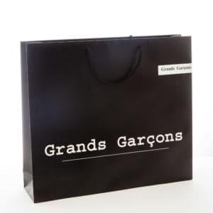 un sac en carton noir pour la marque grands garçons
