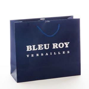 un sac bleu avec un logo bleu roy
