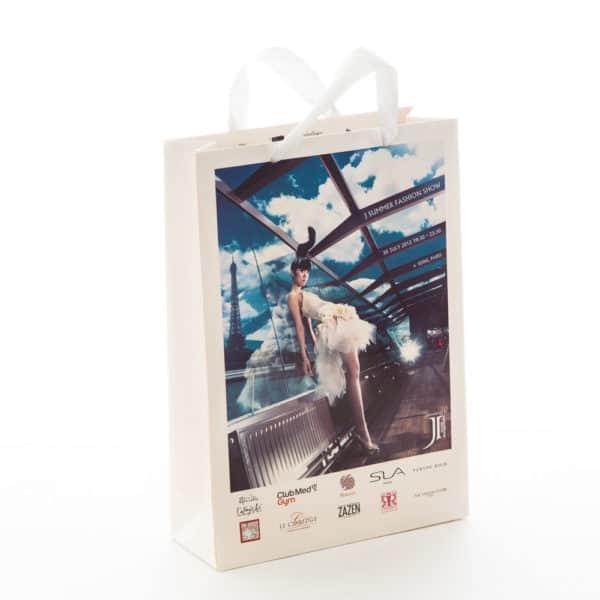 un sac publicitaire pour un défilé de mode
