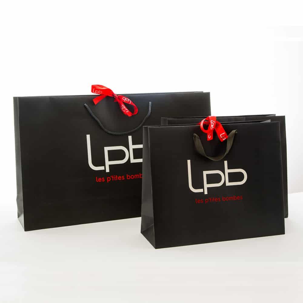 des sacs publicitaires luxes en noir logotés