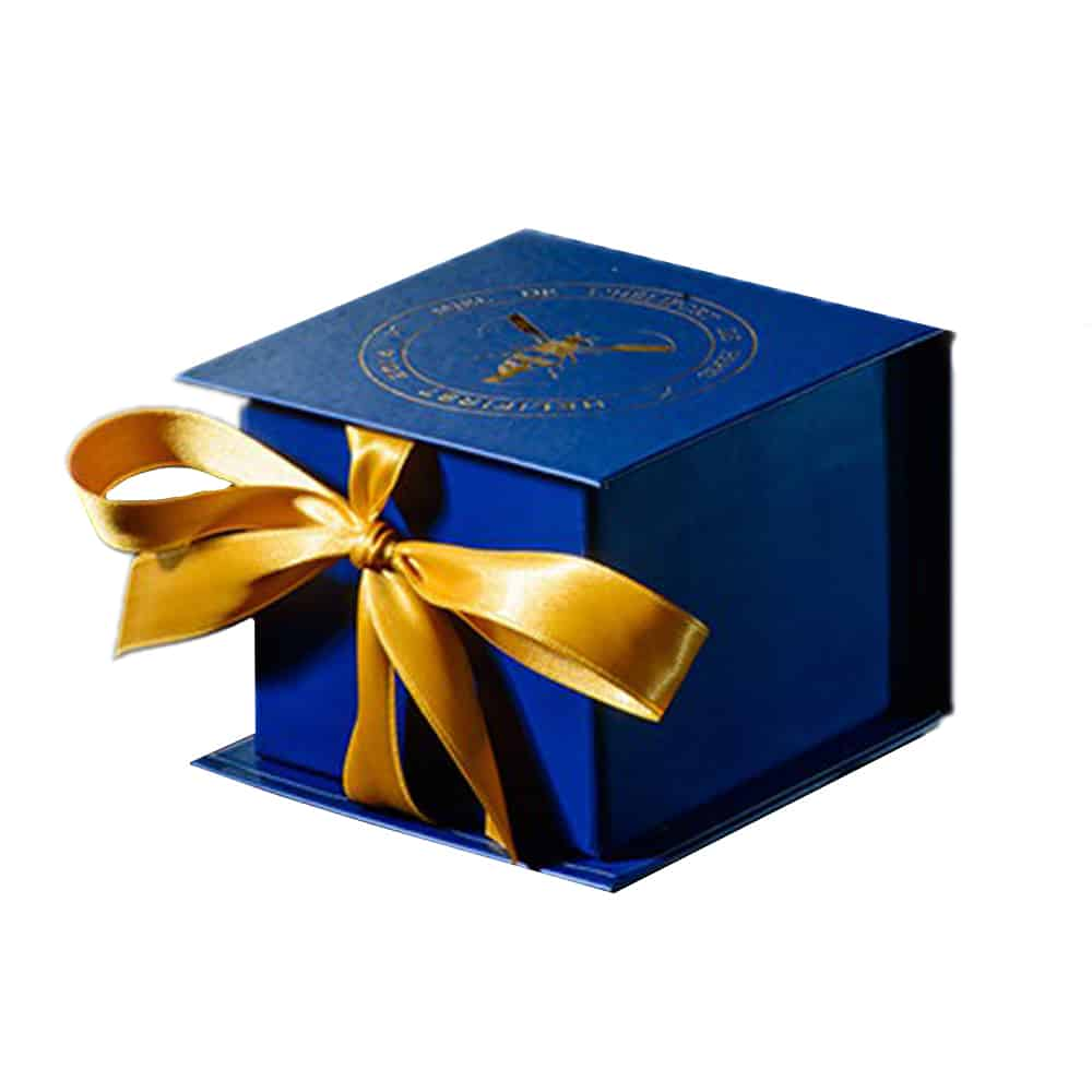 une boîte cadeau de luxe avec un ruban