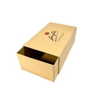 une boîte cadeau à tiroir avec du papier kraft